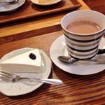 カフェ モナミ - レアチーズケーキとココア