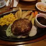 ステーキ&バー レッド リバー - 料理写真:ハンバーグステーキ・ガーリックソース(980円)、ガーリックチップ(100円)添え