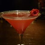アークラウンジアンドバー - グラスには薔薇の花が添えられて。