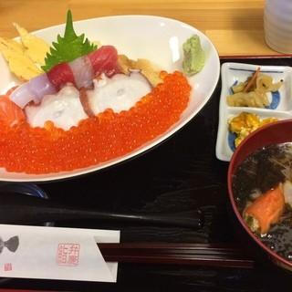 弁慶鮨 - 南三陸さんさん商店街の弁慶鮨で昼食。 キラキラいくら丼を食した。税込2000円。