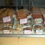 鮪牛 - 御惣菜のガラスケース