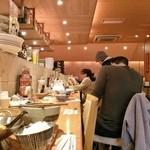鶴亀飯店 - 店内カウンター席