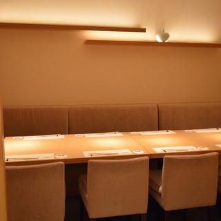 店内は和モダン。ゆったりとした空間でお楽しみください。
