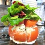 ル・コントワール・ドゥ・レジオン - 料理写真:トマトのファルシー、カニサラダ、バルサミコソースとタプナードソース