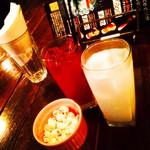 コインズ バー - お通しのポップコーン ピンクパンサー ヨーグルトソーダ