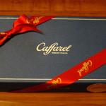 カファレル - リボンのかかった箱入りチョコの詰め合わせ