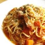 カフェ リストランテ オブリーオ - ベーコンと夏野菜のトマト煮込みパスタ