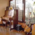 百年邑 - ピアノもギターも実際に使っています