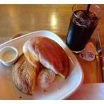 ペーパーウォールカフェ - ベーコンエッグパンケーキセット(650円)・・パンケーキ・ベーコンエッグ・ドリンクのセットです。