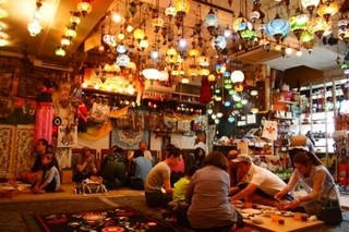 レストラン ザクロ - 中東雰囲気むんむんの店内。