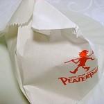 ピーターパン - クロワッサン 151円の 包み方ですw できることを最大限やっているという感じですw もちろんクロワッサンは原形ととどめていましたw