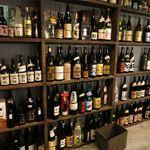 焼酎バー オミキ屋 - 店内の焼酎の棚