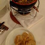 ティーズスタイル - 本日の魚介のガーリックオイル煮:カリカリのバケット付き:1480円