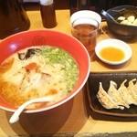 32433844 - 赤うま(こく味)780円 博多一口餃子(5個)220円