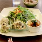 Kafedomon - 「ランチセット」…今日のおかず3品、             和幼菜のサラダ+スープ、             黒米入り五穀米のグリンピースごはん