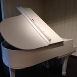 フランセスキッチン - 店内にある白いピアノ