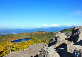 高見石小屋 - 巨岩を登ると、白駒池、西上州。写真外の左には蓼科山〜三ツ岳など(2014.10)