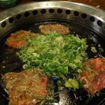 御料理処 青木 - こう焼いて味付きネギを牛タンで巻いて食べます