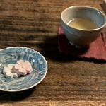 32455881 - お茶と落雁のサービス