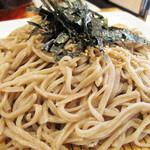 かんた - 蕎麦は信州そばだそうで、ちょっと太め。 この太めで食べ応えがあるのが、つけ蕎麦にはぴったりです。 量もなかなかあります。