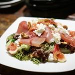 夕月 - 生ハムといちぢく、ローストカシューナッツ、カッテージチーズのサラダ