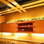 都寿司 - 壁際にある棚に店名の入った湯呑みがずらーーーーーっと並んでいるのが面白い