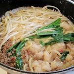 和食屋が作るもつ煮込みらーめん - 四川風650円。具は、麺・肉味噌・モツ・キャベツ・ニラ・もやし。