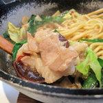 和食屋が作るもつ煮込みらーめん - ニンニク香るモツ煮込みラーメンを頂きました。