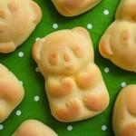 モンドラージュ - 料理写真:ほんのりバニラ風味の生地に、口溶けまろやかな黄味あんのハーモニーが大人気のパンダまんじゅう。