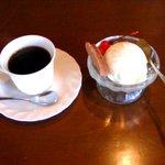 カフェレスト傍ら - 料理写真:2/13 コーヒーとバニラアイスクリーム(中に生キャラメル入り)