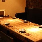 兎に角 - 半個室の6人掛けテーブル  最大12人ぐらい個室はお使い頂けます。