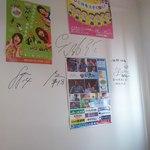 32488017 - サガン鳥栖の選手のサインが壁に直に書かれています。(2014.11)