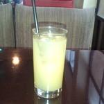 アナログ カフェ ラウンジ トーキョー - ランチのドリンク パイナップルジュース