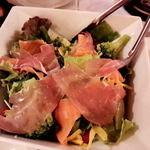 バンビーノ  - 生ハムのサラダ。940円