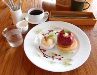 MOKU - 今月のデザート 紅玉りんごのタルト+ブレンド