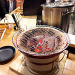 立ち食い焼肉 と文字 - カウンターに置かれた七輪で、思いのまま
