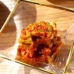 立ち食い焼肉 と文字 - 白菜キムチ(¥410)。この辛味が、仙台肉の脂身と高相性