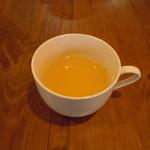 洋食ますだ - 最初に出されるコンソメスープ♪わかりやすいけど丁寧な味♪