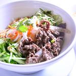 ★サラダ麺★ グリル牛肉と新鮮野菜のせ、ヌクチャム添え
