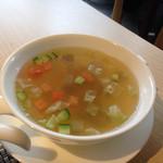 32507696 - スープ。ザーサイを刻んだものが入っていて美味し。