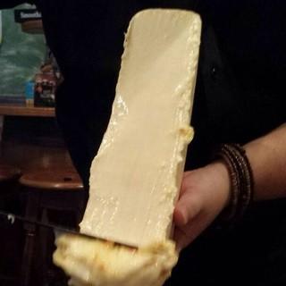ラクレットチーズを、じゃがいも&ピクルスに豪快に削ぎ落とす!