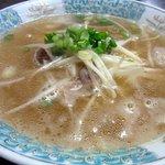 お食事処 松葉 - ラーメンです。まずは何時もようにスープから。鶏がらベースの優しい味ですよ。