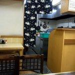 お食事処 松葉 - 店内の風景です。店内中央から奥を撮っています。一番奥が調理場となっています。結構広い調理場でした。