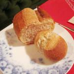 レストラン クララ - ライ麦パンは自家製。フランスパン(2014.10月)