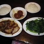 32518140 - 2014年の霸王腿扣(太もも)、燙青菜(ゆで青菜)、滷蛋(煮玉子)、白飯