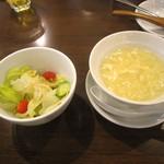 32520265 - 最初に提供されるサラダ&卵スープ。