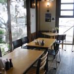 葉山港湾食堂 - 入口近くのテーブル席