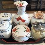 天ぷら倶楽部 - 卓上には焼塩、抹茶塩等ございます。