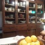 季肴ひらり - なんか懐かしい食器棚ですね