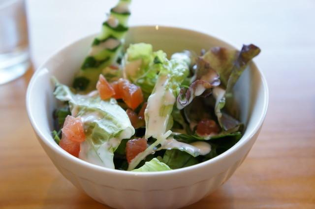 バウハウス - サラダです、きゅうりも飾り包丁が・・・